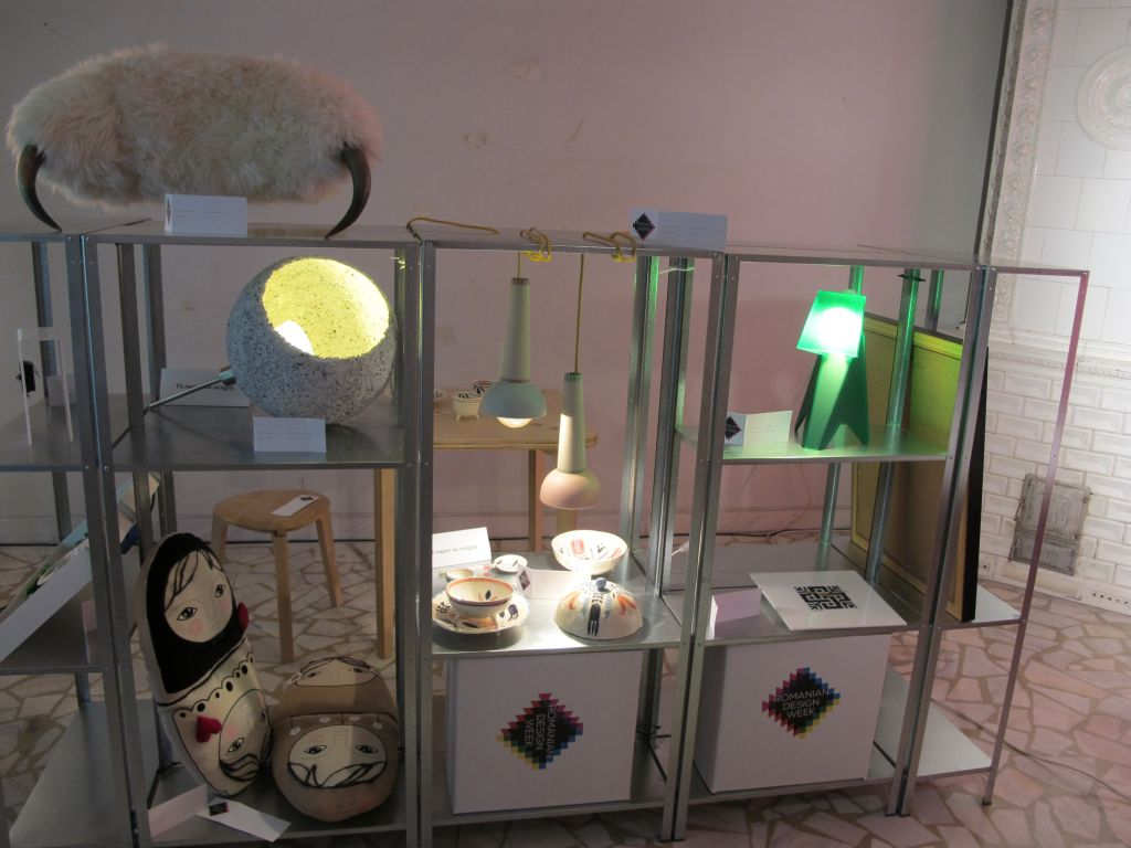 Lampa Roca (stanga sus) design Atelier A4 si lampa Terrier (verde) design Anca Fetcu. Piese din portelan (centru) designeri Madalina Andronic si Claudiu Stefan