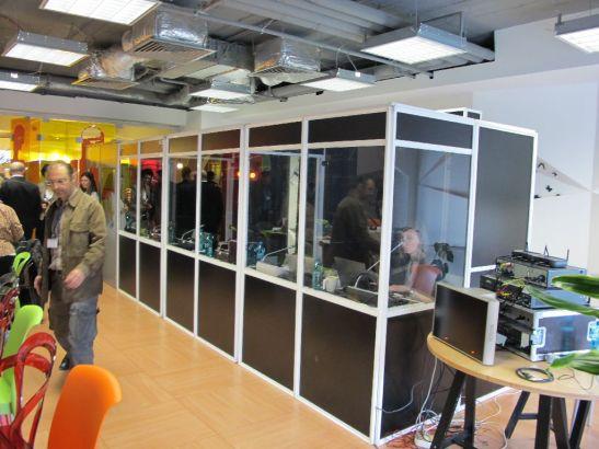 Cabine de traducere aduse in sala de conferinte de la etajul 2