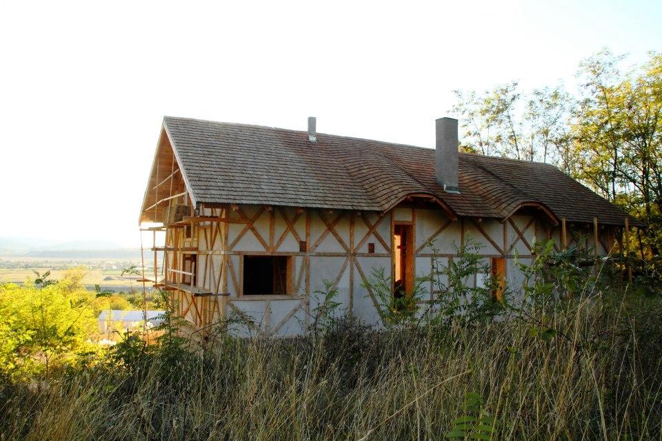 Casa construita pe sistem de baloti de paie in Valea Nucului Buzau