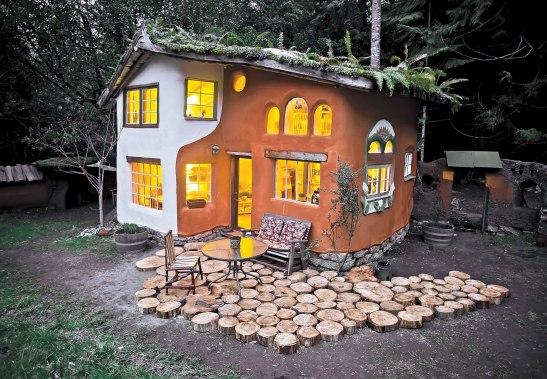 Casa mica din baloti de paie contruita in SUA de Tiny Homes si acoperis de Lloyd Kahn