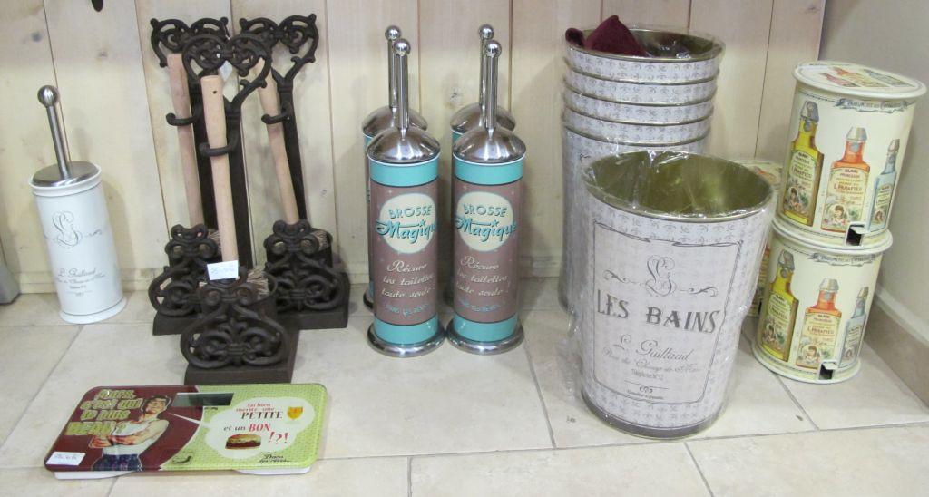 Chiar si cantar sau cosuri de gunoi cu decor vintage poti gasi la Comptoir de Famille