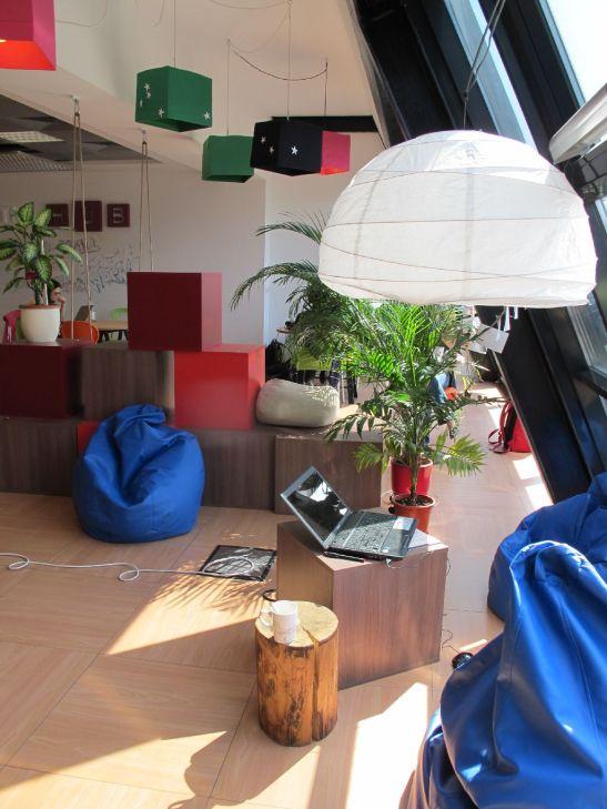 Colt de lucru la etajul 3 langa fereastra