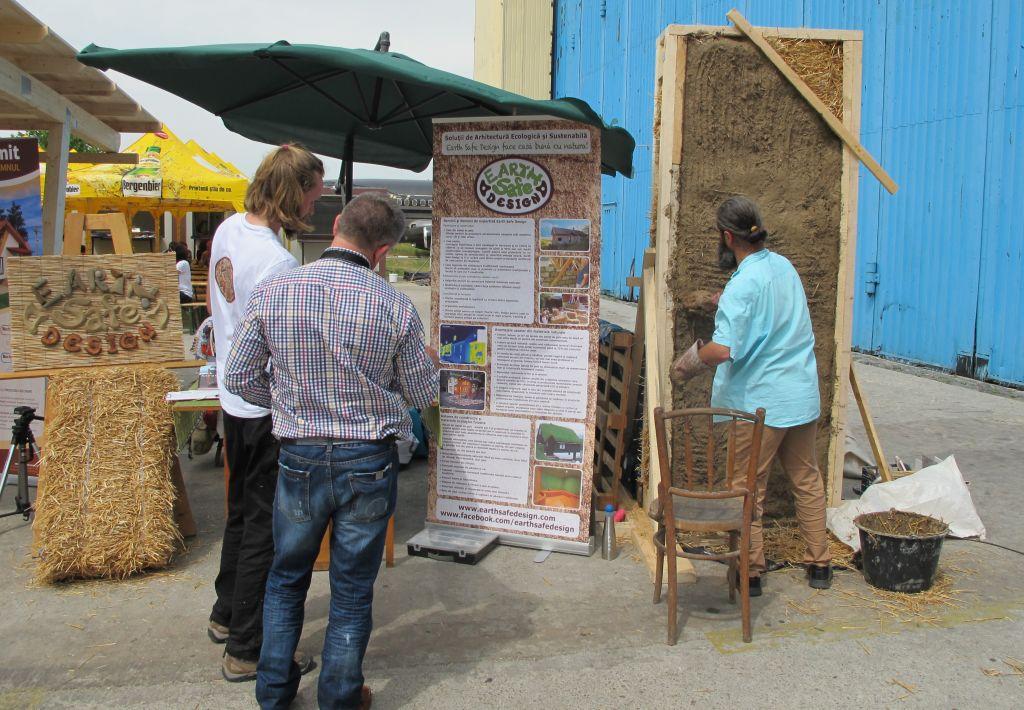 Demosntratii constructie perete cu sistem de baloti de paie in stnadul Earth Safe Design de la Expo Casa mea