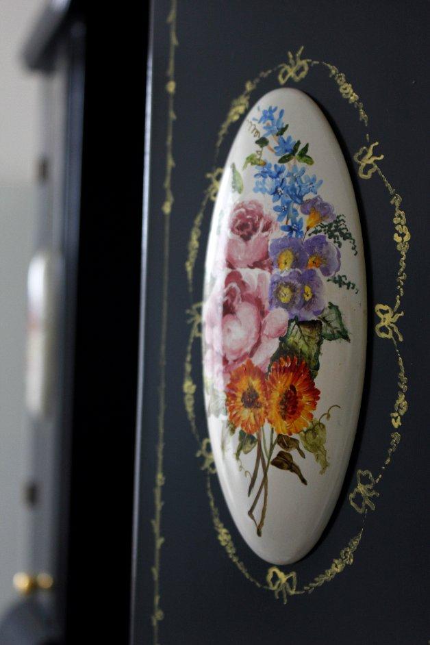 Detaliu de pictura pe portelan pe un copr suspendat pentru baie realizat de Elizarte Timisoara