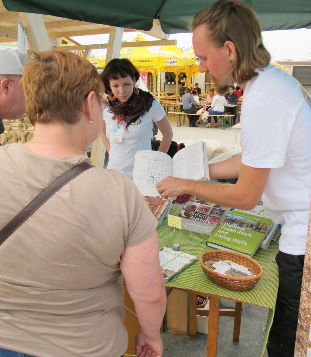 Explicatii tehnice oferite de arh Grzegorz Gorski si sotia sa Maria Radan Gorska la standul Earth Safe Design de la Expo Casa mea