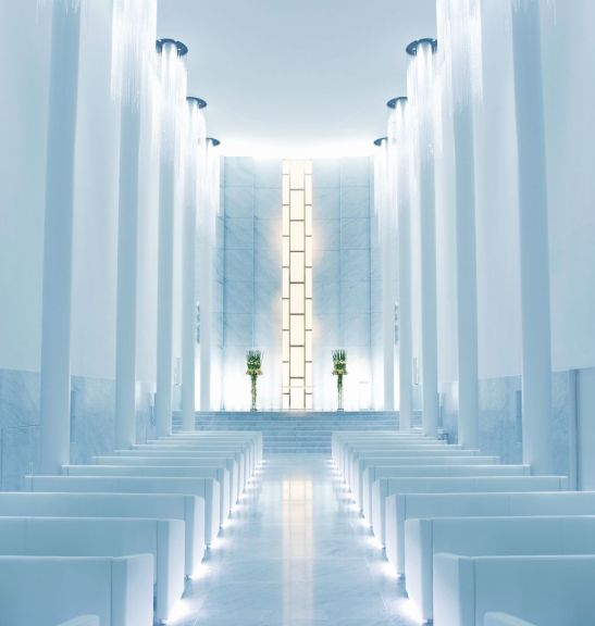 In fundal altarul unei case de casatorii din Japonia este decorat cu panouri din cristal manufacturate in atelierele Mario Cioni
