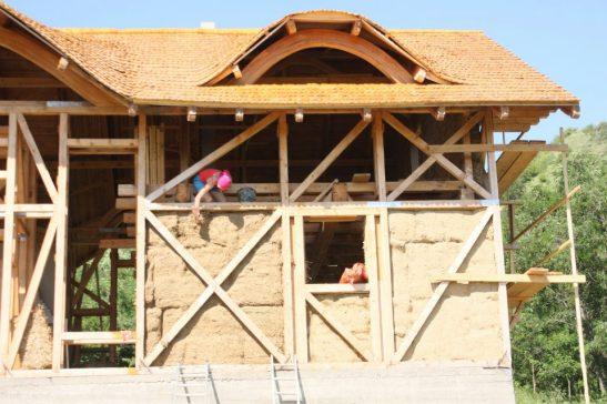 In timpul constructie casei cu sistemul pe baloti de paie din Valea Nucului Buzau