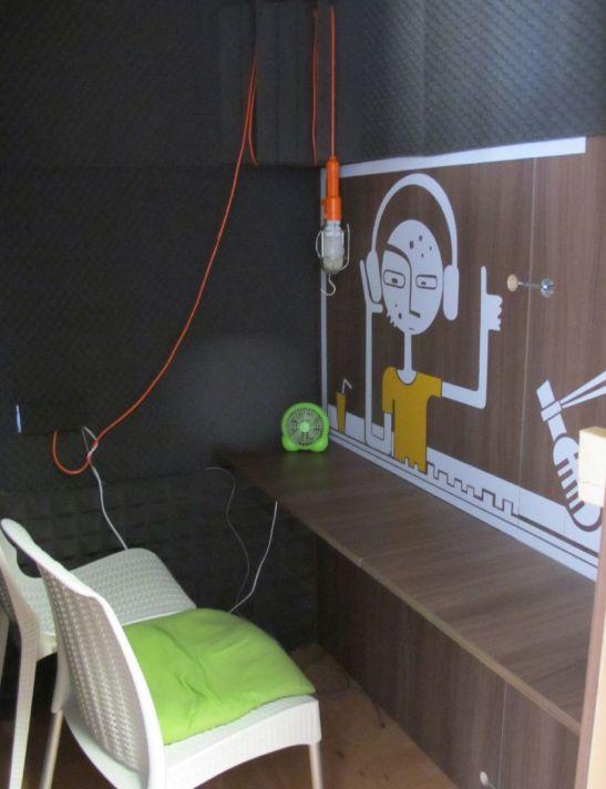 Interior de cabina pentru convorbiri online. Este complet antifonata