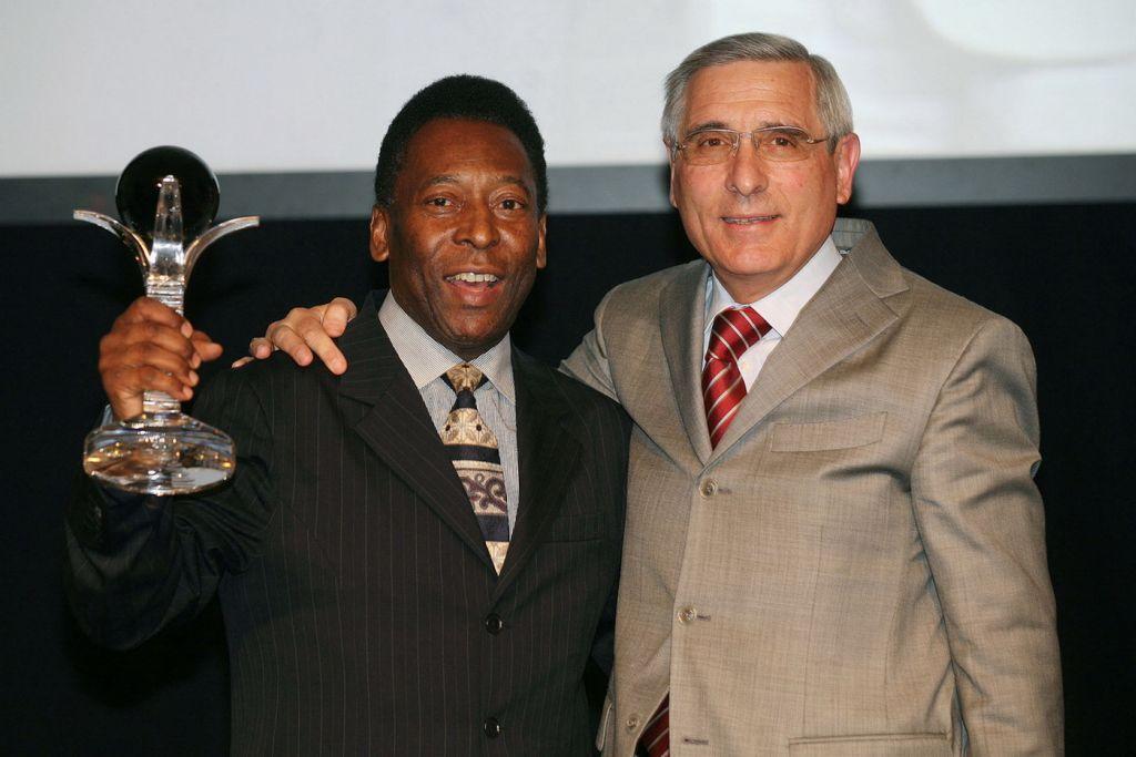 Marele fotbalist Pele tine in mana un trofeu realizat in atelierele Mario Cioni