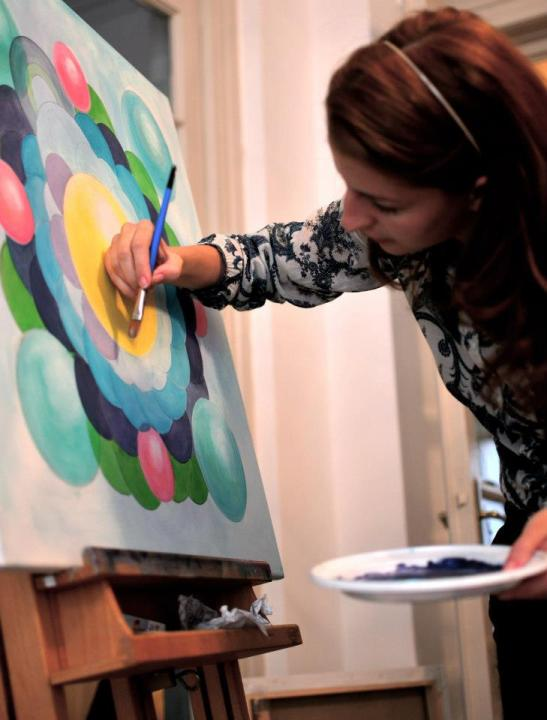 Maria Dermengiu lucrand in atelierul ei