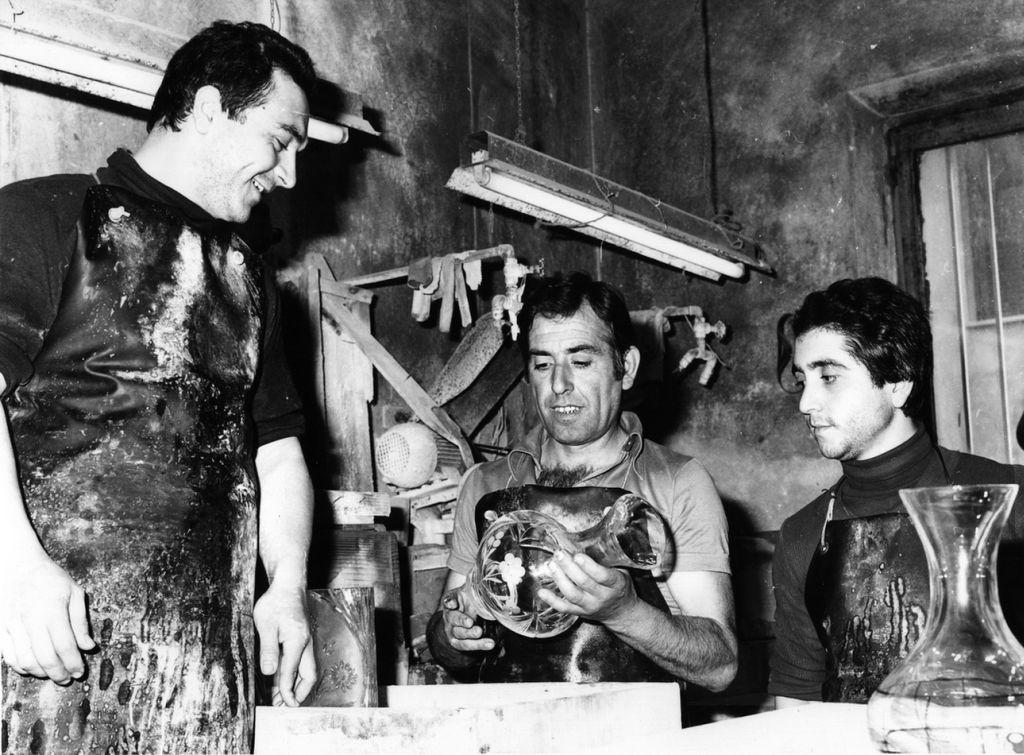 Mario Cioni (stanga in picioare) a deschis primul sau atelier avand doi mesteri alaturi