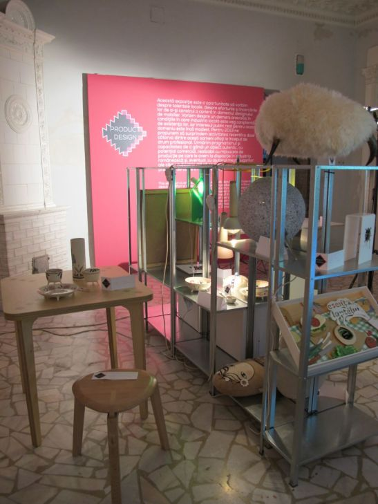 Masa Cookie Table creata de Alexe Popescu si scaunul tri.foi. creat de Ruxandra Sacalis expuse in cadrul Romanian Design Week 2013