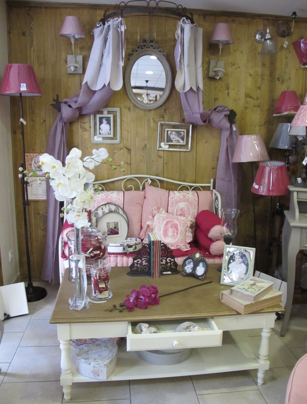 Mic mobilier si accesorii vintage, baldachine gasesti la Comptoir de Famille