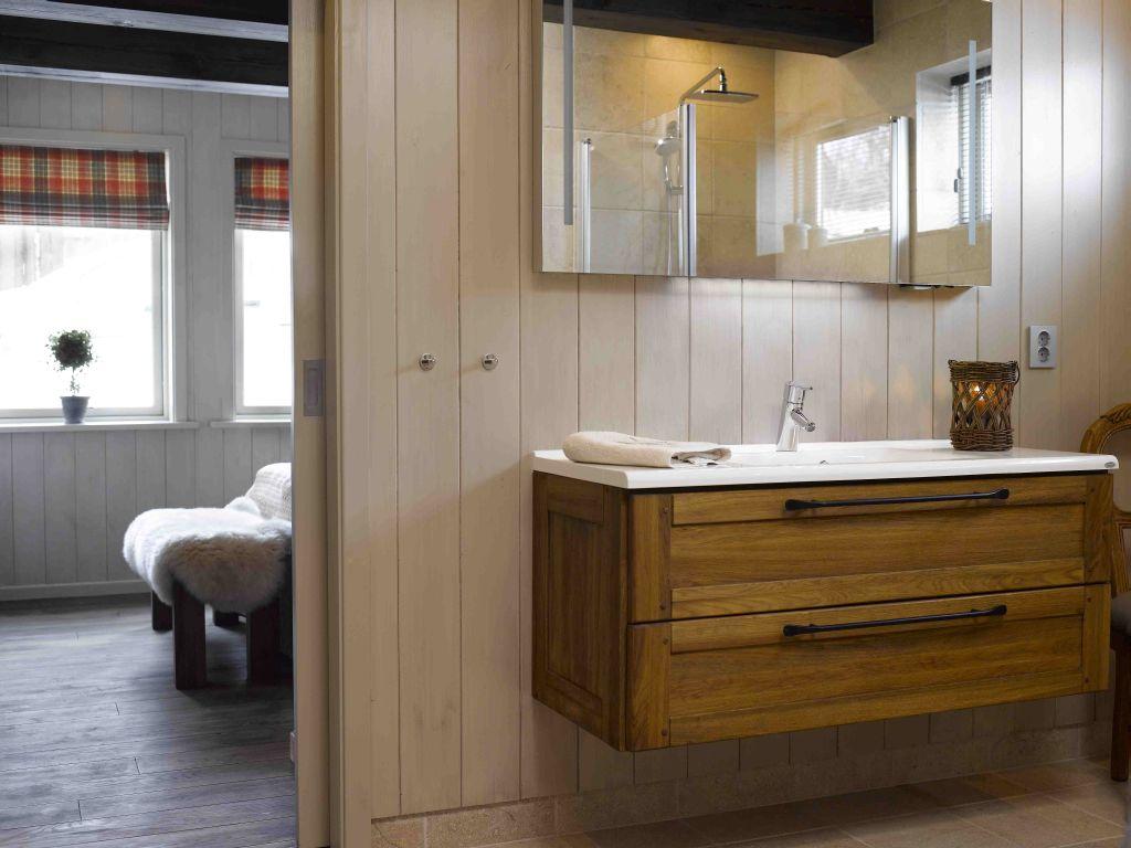 Mobila din lemn masiv pentru baie realizata de Apollo Romania