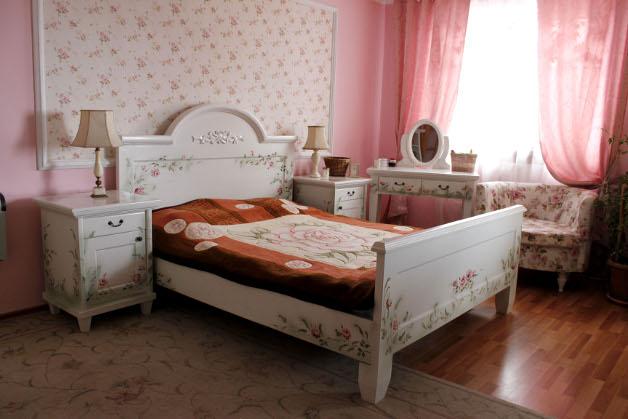Mobila pentru dormitor din lemn masiv pictat manual realizat de Elizarte Timisoara