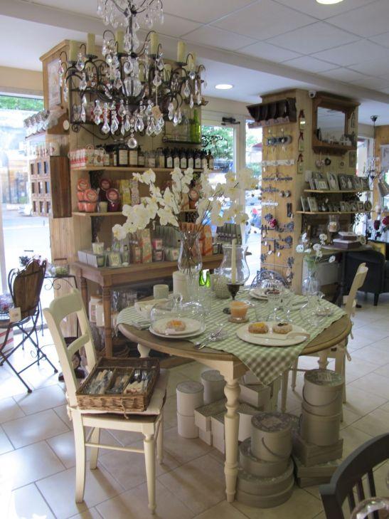 Mobilier pentru sufragerie, lustre imitatie cristale si decoratiuni vintage de la Comptoir de Famille