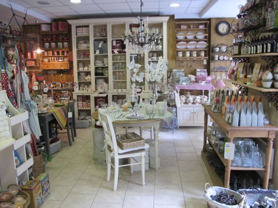 Mobilier si accesorii in stil provensal si vintage gasesti in magazinul Comptoir de Famille