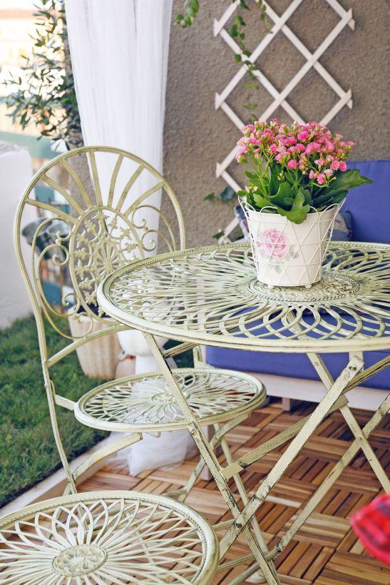 Mobilierul si accesorii albe confera un aer romantic terasei