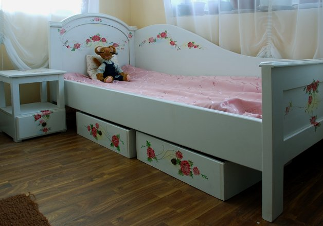 Mobilier pentru dormitorul copilului pictat manual si realizat de Elizarte Timisoara