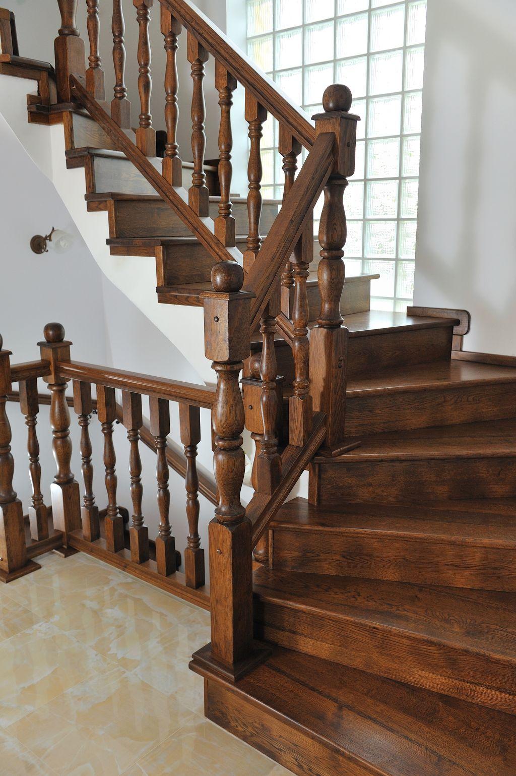 Scara interioara in stil clasic realizata din lemn masiv de Apollo Romania