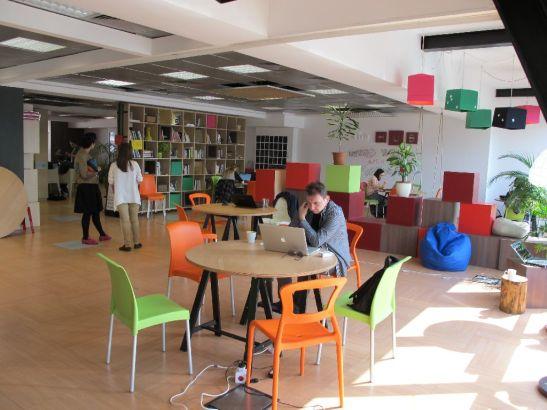 Spatiul etajului 3. Cuburile si biblioteca delimiteaza zonele