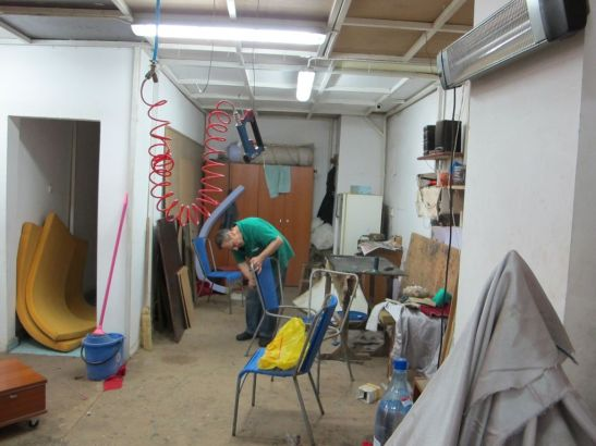 Tapiterul Liviu Storelu la reaba cu refacerea intregii umpluturi a unor scaune cu cadre din metal
