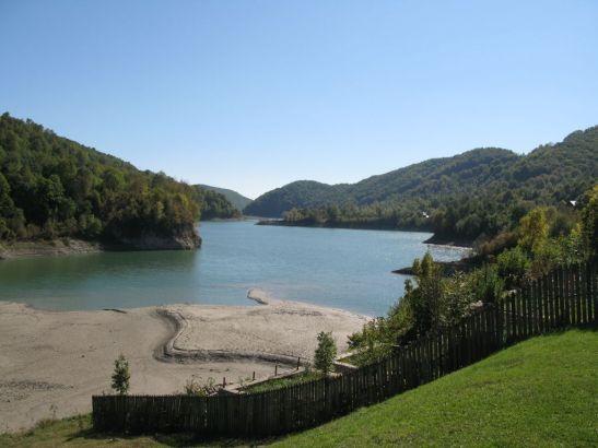 Vedere catre Lacul Paltinu de la pensiunea Atra
