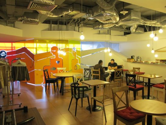 Zona tip bar dintre cele doua sali de conferinte de la etajul 2