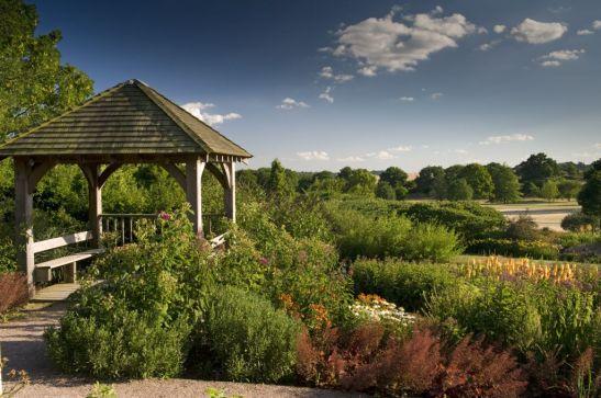 Foișor de relaxare pe Clover Hill din grădina RHS  Hyde Hall din Essex, Marea Britanie