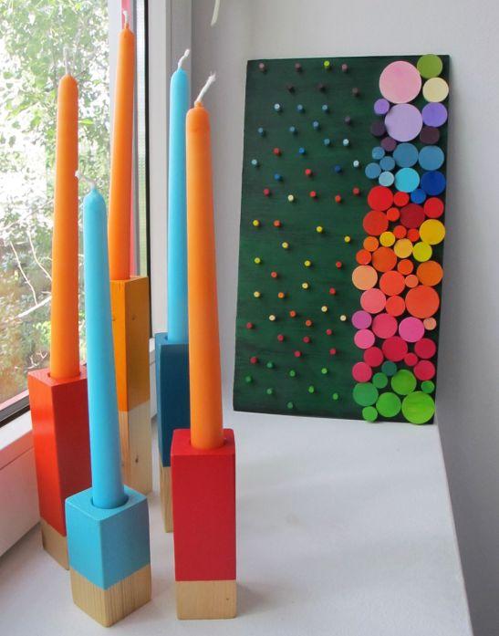 Suporturi colorate din lemn alaturi de un tablou Deco box