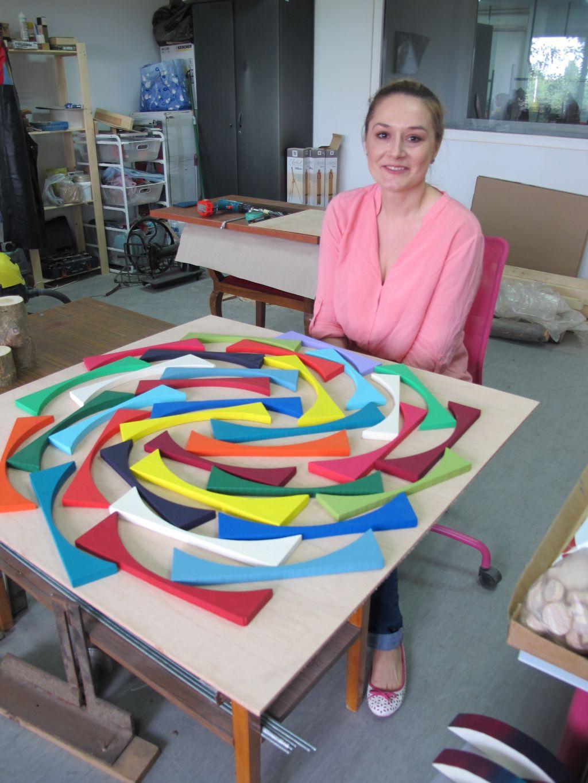 Liliana Stoica in atelierul ei, in fata unui talblou Deco box aflat in lucru