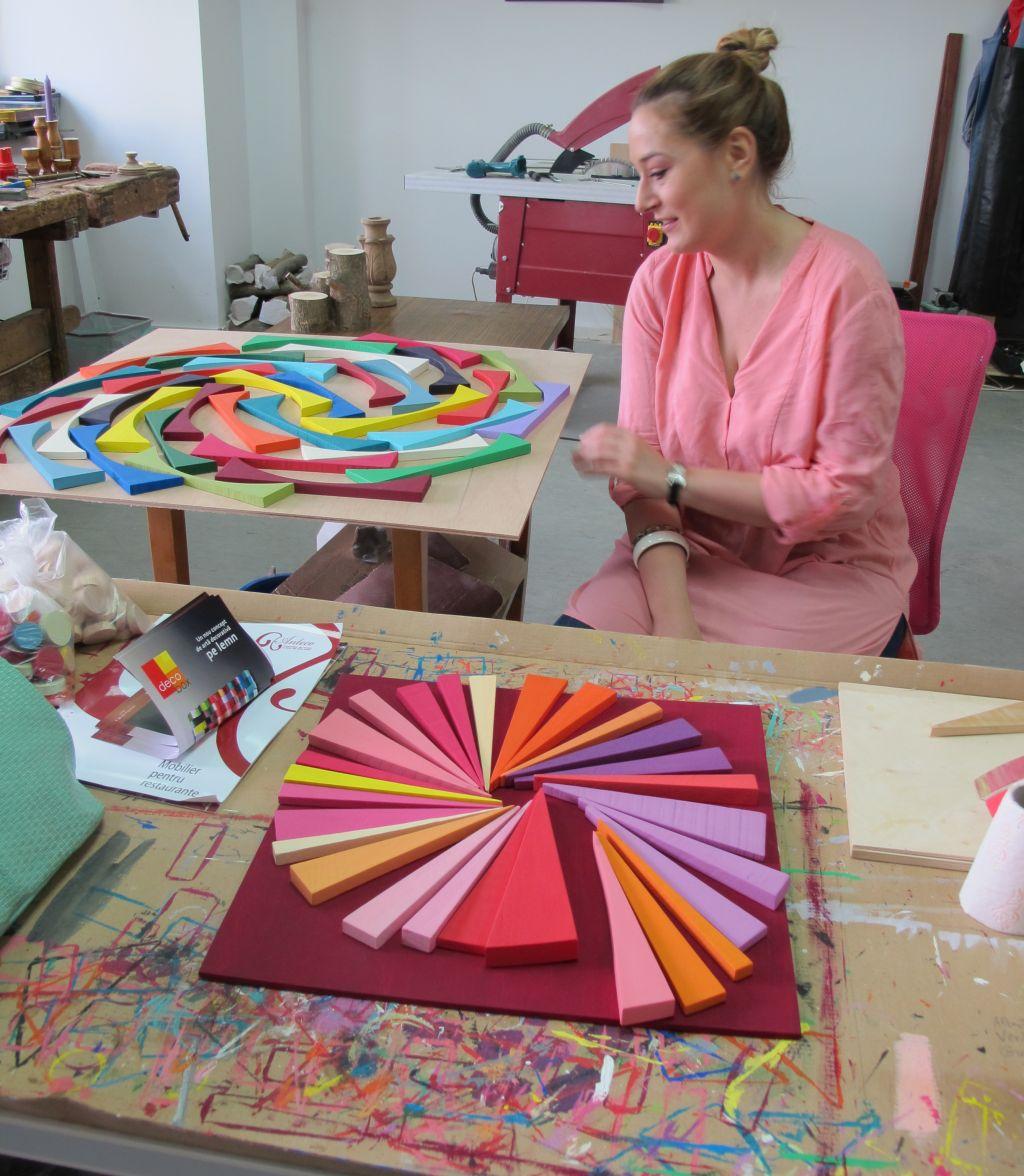 Liliana Stoica in atelierul ei plin de culoare