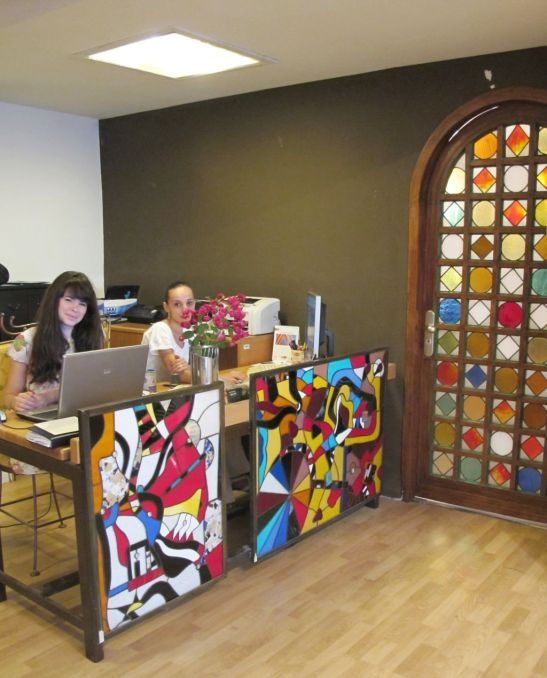 AnaMaria si Irina la birourile decorate cu vitralii de la SuperFaber