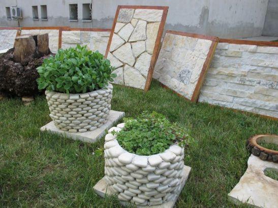 Ghivece placate cu piatra rotunda pret intre 100 si 300 lei de la Vast Natur