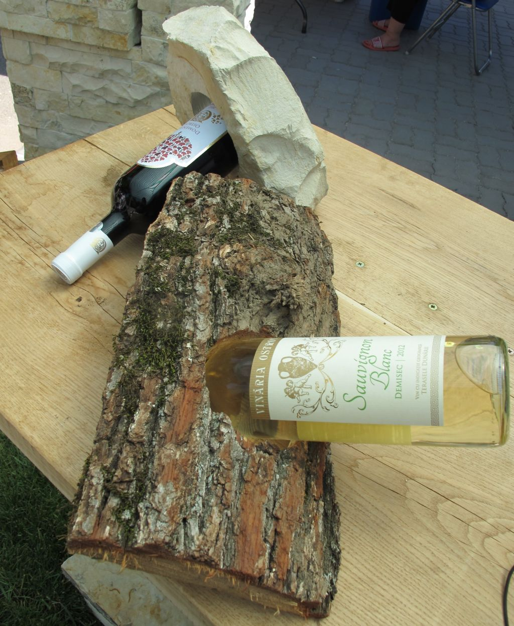 Idee! Suporturi pentru sticle de vin din piatra de la Vast Natur alaturi de un model din lemn