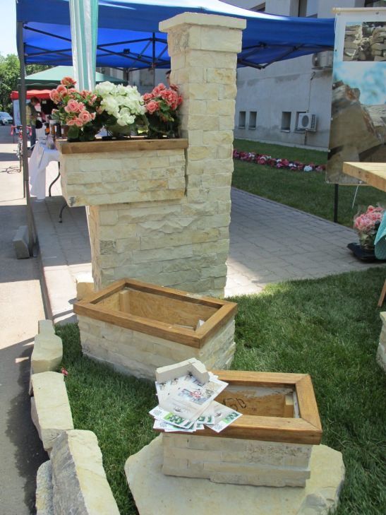 Jardiniere placate cu piatra si elemente decorative cu piatra pentru terase si gradini de la Vast Natur
