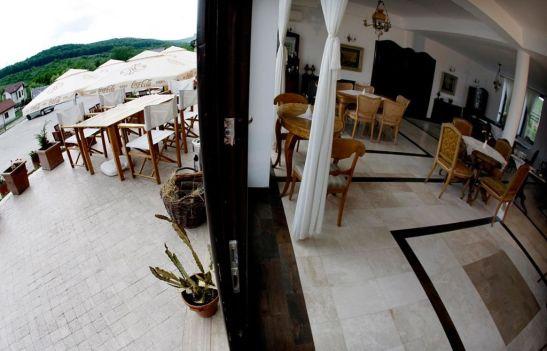 Sala de mese si terasa de la Conacul Archia