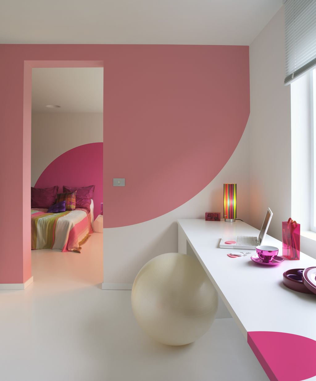 Accente de roz intr-o locuinta moderna Foto Copyright © Akzo Nobel