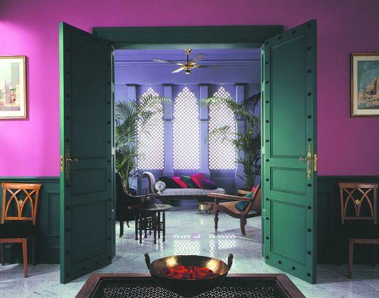 Atmosfera exotica cu violet si mov in contrast cu verde Foto Copyright © Akzo Nobel