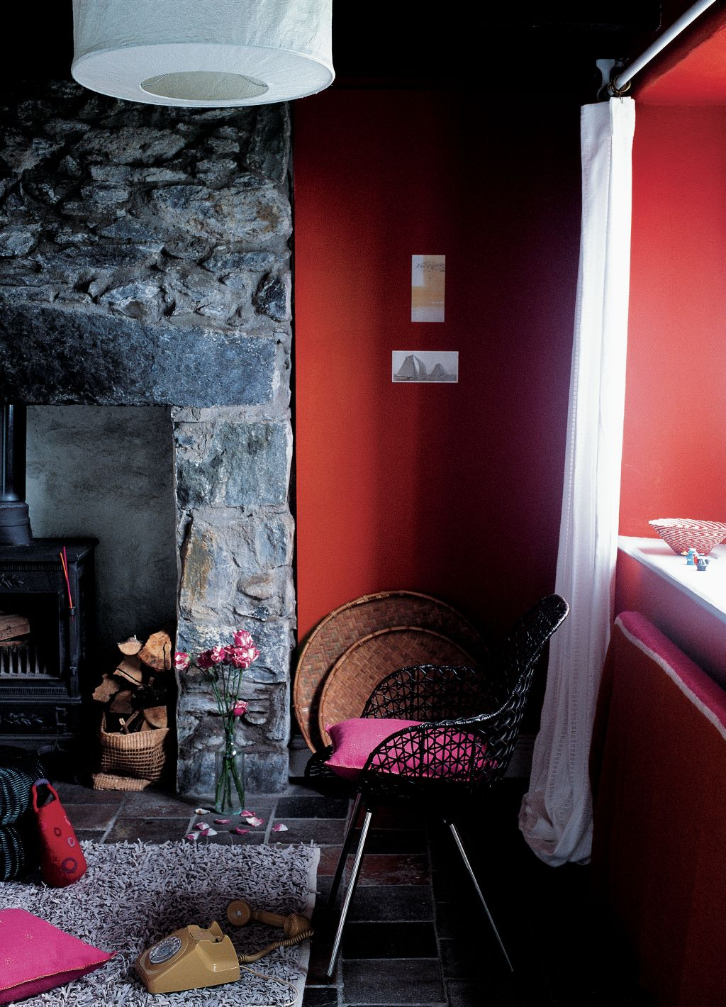 Colt de living cu pereti in nuanta rosie Foto Copyright © Akzo Nobel