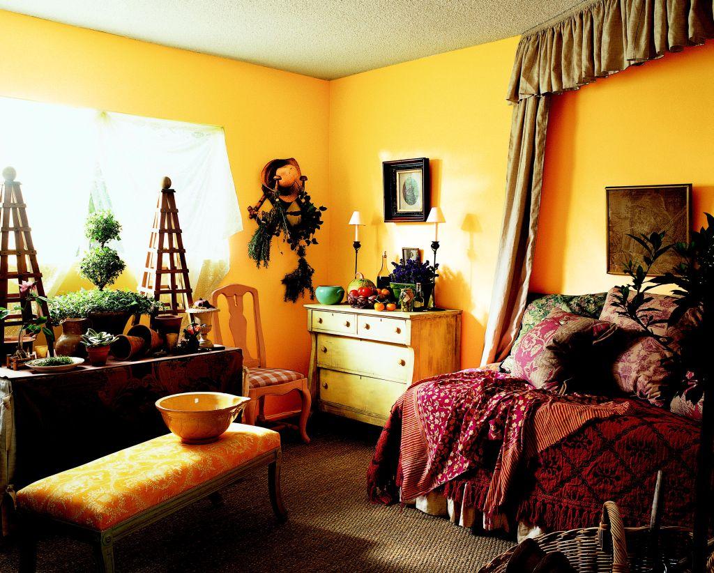 Galben intens intr-un dormitor intunecos Foto Copyright © Akzo Nobel