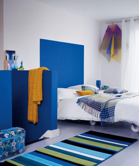 Nuanta de albastru intens in dormitor Foto Copyright © Akzo Nobel
