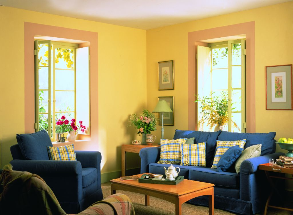 Nuanta de galben in living mic. Vezi ideea de a pune alta culoare in jurul ferestrelor Foto Copyright © Akzo Nobel