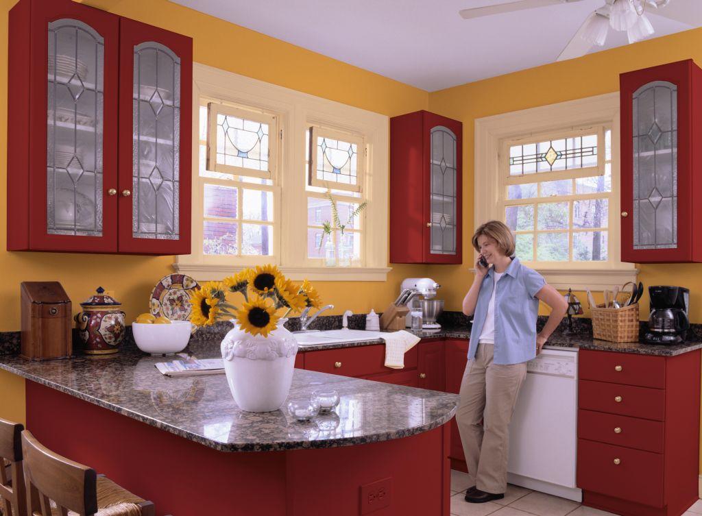 Nuanta de galben intr-o bucatarie cu mobilier rosu Foto Copyright © Akzo Nobel