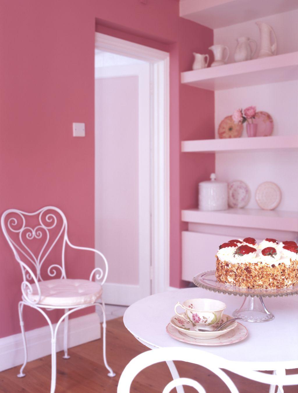 Nuanta de roz in sufragerie cu mobila alba Foto Copyright © Akzo Nobel