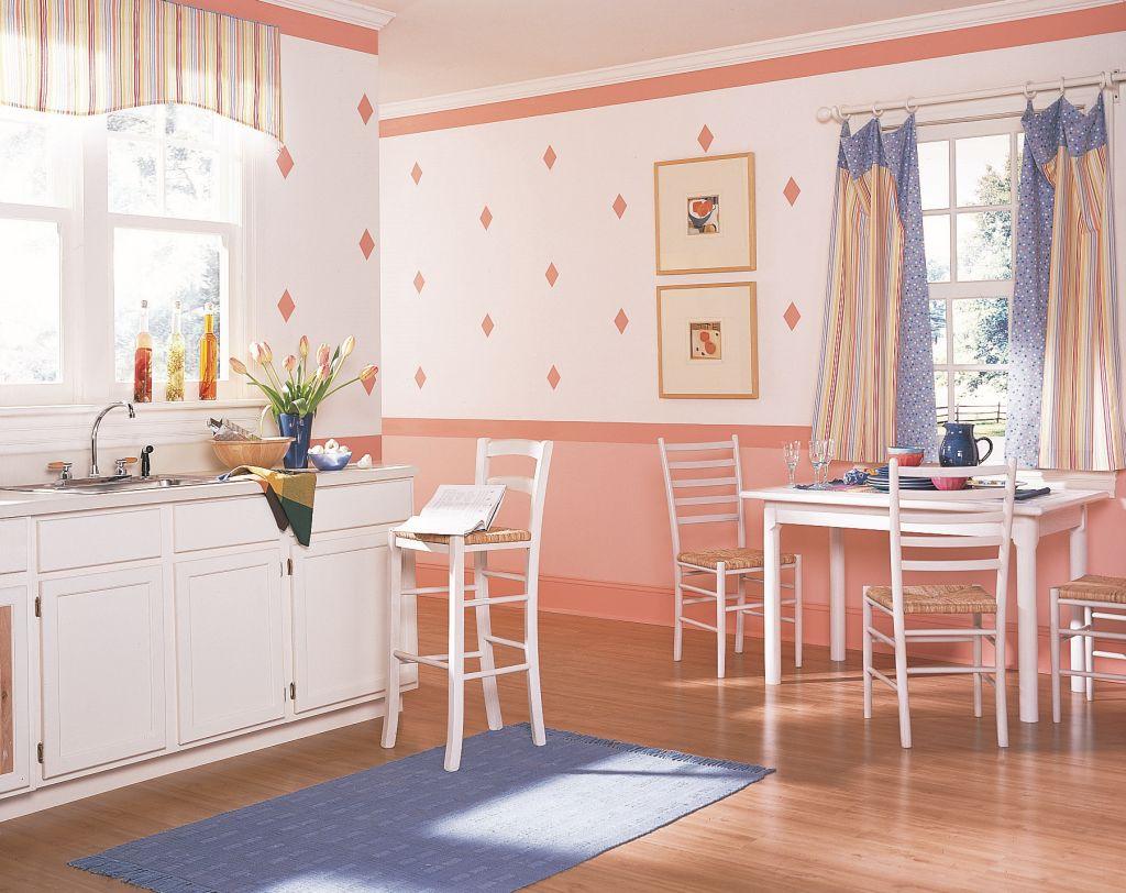 Roz dulce intr-o bucatarie cu accente decorative albastre Foto Copyright © Akzo Nobel