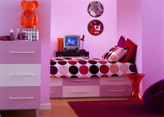 Roz in mai multe nuante combinat cu mov si rosu in camera de fetite Foto Copyright © Akzo Nobel