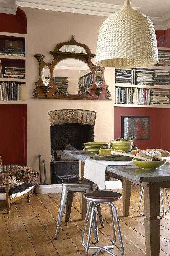 Living cu biblioteca pe fundal rosu siena Foto Copyright © Akzo Nobel