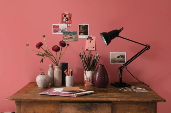 Ton de rosu pudrat perfect pentru un interior cu mobila in nunar de lemn natur Copyright © 2010 Akzo Nobel