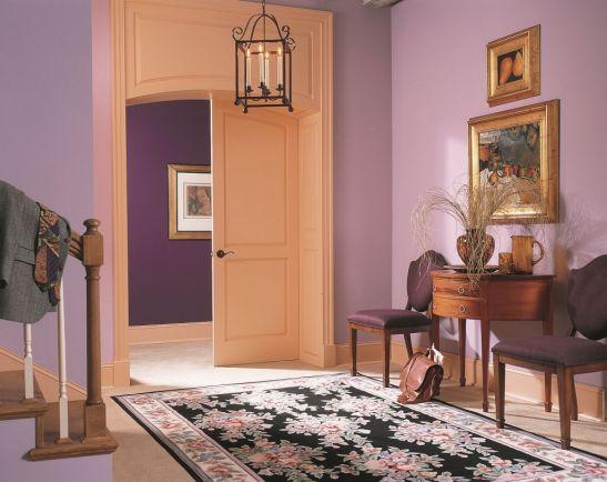 Violetul este de multe ori perceput ca fiind catifelat, de aceea e preferat in interioarele clasice Foto Copyright © Akzo Nobel